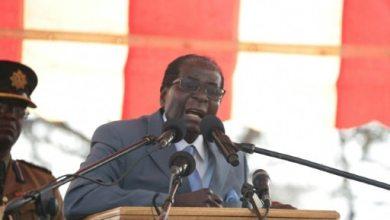 Le président zimbabwéen Robert Mugabe, le 27 juillet 2016 lors d'un rassemblement de ses fidèles devant le siège de son parti à Harare | AFP | WILFRED KAJESE