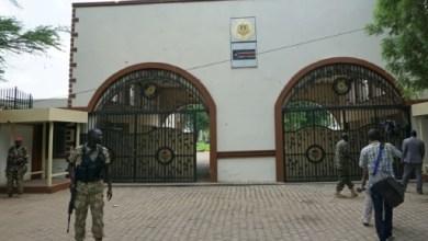 Des soldats montent la garde devant l'entrée du palais présidentiel à Juba, couverte d'impacts de balles, le 15 juillet 2016 au Soudan du Sud   AFP   Peter MARTELL