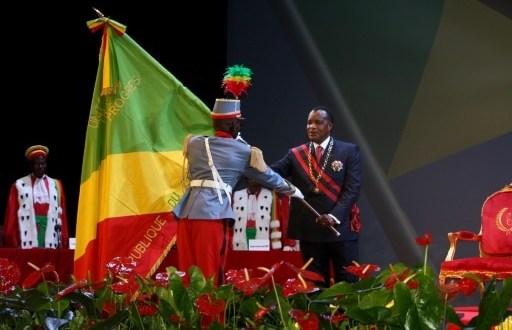 Le président congolais Denis Sassou Nguesso reçoit le drapeau de la République du Congo le 16 avril 2016 à Brazzaville | AFP/Archives | GUY-GERVAIS KITINA