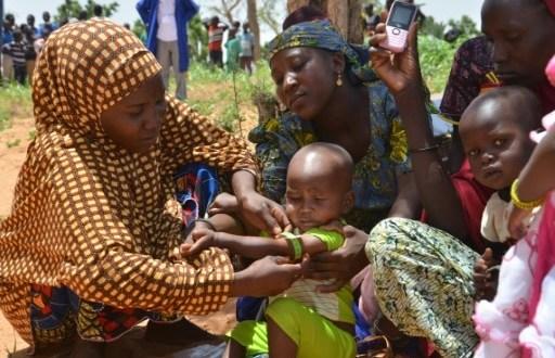 Au Niger, les mères utilisent un périmètre brachial (PB), un brassard tricolore, qui sert à mesurer l'épaisseur du bras et détecter la malnutrition, dans le village de Barago (sud), le 14 juillet 2016 | AFP | BOUREIMA HAMA