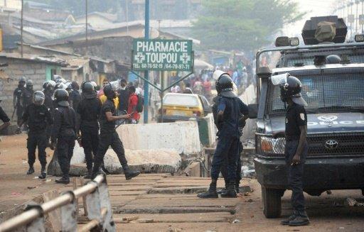 """Un jeune homme de 17 ans a été tué par la police lors de heurts lundi à Conakry au cours de manifestations de milliers d'élèves du primaire et du secondaire dénonçant la situation de l'éducation en Guinée, ont indiqué un membre de sa famille et une source hospitalière. Le jeune homme, Souleymane Diakité, """"revenait de son école (...) lorsqu'il a rencontré, en compagnie de ses camarades, un contingent de policiers qui avait du mal à contenir les furies d'autres manifestants et a tiré à balles réelles, dont une l'a fauché"""", a déclaré un oncle de l'élève à un correspondant de l'AFP. """"Ses camarades ont alors crié et les policiers n'ont même pas pris la peine de le secourir"""", a-t-il ajouté. """"Lorsque les policiers ont tiré sur le gamin qui est tombé, ses camarades qui ont voulu le secourir ont été tabassés par les flics (sic), dont deux ont été grièvement blessés"""", a déclaré un responsable de la Croix Rouge interrogé par l'AFP. Selon lui """"la balle a horizontalement traversé le ventre de l'enfant, ne lui laissant aucune chance de survie"""". """"J'ai appris qu'un jeune élève a été tué lors de ces manifestations et qu'une fille a été violée par un enseignant lorsque tous les élèves ont quitté leur école"""", a déclaré à la télévision privée Evasion Guinée le ministre de l'Education nationale, Ibrahima Kalil Konaté. Par ailleurs, quatre syndicalistes ont été libérés lundi soir par la justice après avoir été entendus """"près de deux heures"""", a indiqué à l'AFP leur avocat, Salifou Béavogui. Ces responsables du Syndicat libre des enseignants et chercheurs de Guinée (SLECG), qui a déclenché le 13 novembre une grève illimitée pour exiger une augmentation de salaires et de meilleures conditions de travail, avaient été arrêtés samedi à Conakry. Le porte-parole du gouvernement, Albert Damantang Camara, avait justifié les arrestations par le fait que ces syndicalistes étaient """"accusés de trouble à l'ordre public et d'appel à une grève illégale"""", lancée sans respect du préavis prévu par la loi. A"""