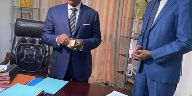 Effectivité de la carte d'identité biométrique. Ce mercredi 24 mars 2021 le Premier Ministre a reçu des mains du Ministre de la Sécurité et de la Protection Civile sa carte d'identité biométriques