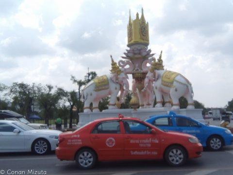 王宮前の象のモニュメントがデカい