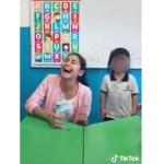 """kinder profesora - Despiden a maestra de kínder por hacer """"broma"""" a una niña (Video) - #Noticias"""