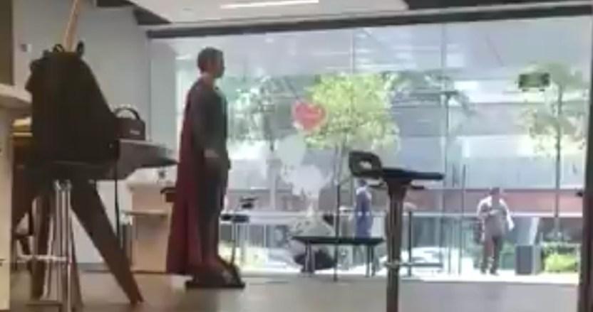 superman - Usuarios vuelven tendencia a figura de Superman que aparece en VIDEO de la balacera en la CdMx - #Noticias