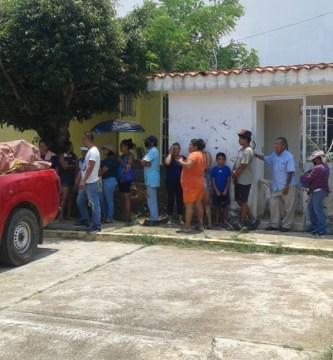 CJNG despensas 2 - Habitantes de Veracruz hacen fila por despensas del CJNG
