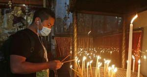 un cristiano enciende velas en la basxlica de la natividad de belxnx en cisjordaniax el 26 de mayo de 2020 1 crop1590515391625.jpg 673822677 - Reabre la basílica de la Natividad en Belén
