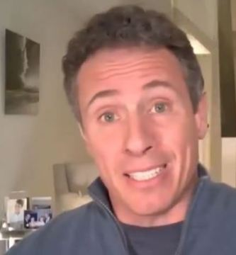 5 6.jpgfit757416 - Periodista apareció accidentalmente desnudo en el VIDEO de yoga de su esposa