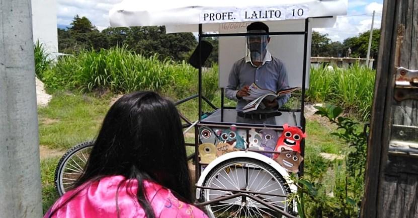 profesor triciclo clases - Maestro adapta un triciclo para salir y enseñar a los alumnos en su casa. Fabricó un «aula móvil»