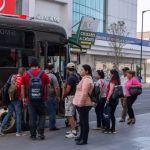 GettyImages 1215041186 - VIDEO: Captan momento en que pasajero roba el celular de conductor de transporte público