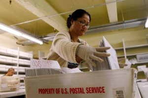 GettyImages 79200783 scaled - El Servicio Postal avisa del alto riesgo de que los votos por correo no lleguen a tiempo para ser contados