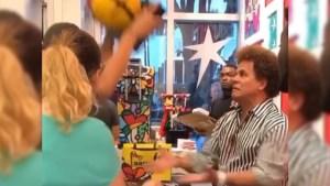 Romero Britto - Mujer destruye costosa obra de arte en frente del artista Romero Britto (VIDEO)