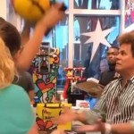 Romero Britto - Mujer destruye costosa obra de arte en frente del artista Romero Britto (VIDEO)