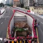 china carretera pista casa hombre 3 - Città cinese costruisce un'autostrada attorno ad una modesta casa. La proprietaria ha rifiutato di lasciarla