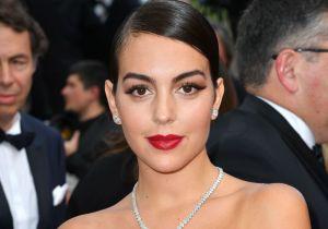 georginarodriguezgetty - Usando un body negro, Georgina Rodríguez luce su retaguardia al maquillarse