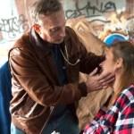 medico mujer sin hogar indigente coronavirus - Médico de EE.UU. se dedica a buscar a personas sin hogar que requieran sus atenciones. Vocación pura