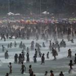 ap20250762067492 1 - Miles de brasileños abarrotan playa de Ipanema pese a las 820 muertes diarias por la COVID-19