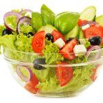 shutterstock 157350251 scaled - Qué es la ensalada vertical y cómo prepararla para no salirnos de la dieta