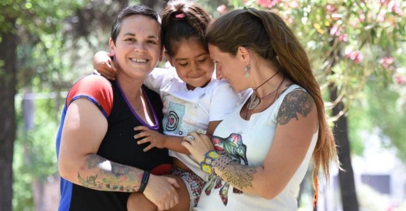 amigas hija adopcion - Amigas decidieron adoptar una niña que su mamá no pudo cuidar. La acogieron cuando no tenía a nadie