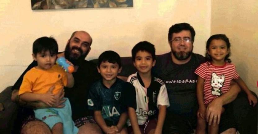 """familia 1 - """"Saranno i nostri figli per sempre"""": Coppia omosessuale adotta 4 bambini da un rifugio in Amazzonia"""