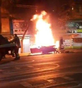 incendio auto accidente - Un accidente vial deja un ciclista muerto y un vehículo en llamas, en calles de CdMx (VIDEO FUERTE)
