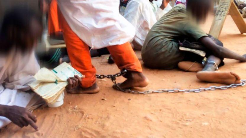 """115866801 1200 chains b 1 - """"Levanté la mirada y vi que tenían grilletes"""": las escuelas islámicas en las que encadenan a los niños"""