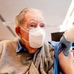"""befunky collage 2 26 - Priorizar a grupos de riesgo en vacunación trae """"pocos beneficios"""" en control de la pandemia: estudio"""
