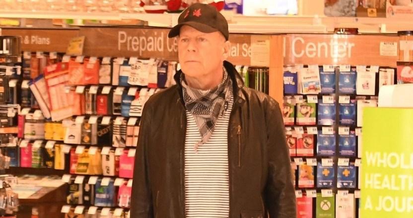 bruce - Bruce Willis es obligado a abandonar una farmacia en Los Ángeles al negarse a usar cubrebocas