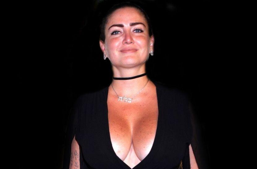 celialora acapulcoshore 2 - Acostada en el piso, Celia Lora se alza la camiseta y deja ver que no lleva sostén