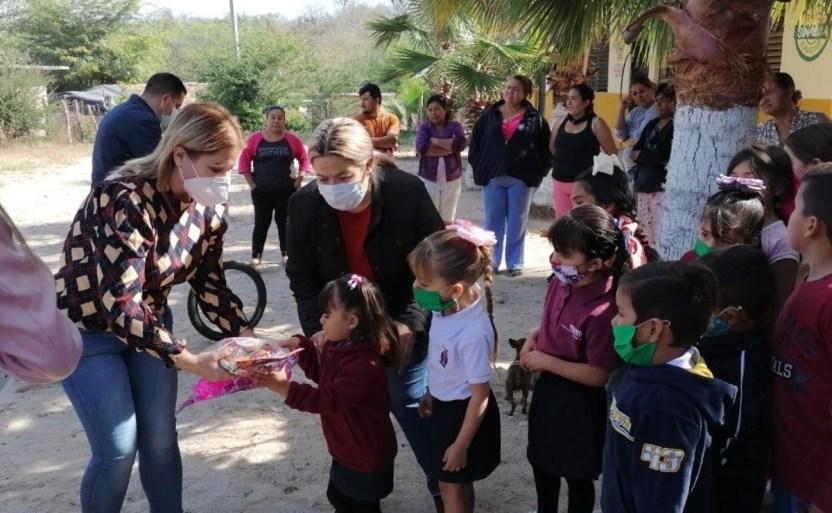 entregan dulces y juguetes a nixos de el tulex san ignacio x4x crop1610573732917.jpeg 242310155 - Entregan dulces y juguetes a niños de El Tule, San Ignacio
