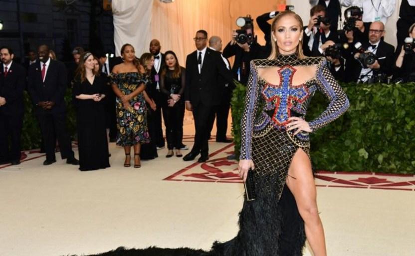 jennifer lopez red carpet afp crop1610243132660.jpg 1700064768 - Revelador vestido de Jennifer Lopez ¡Sorprende a todos!