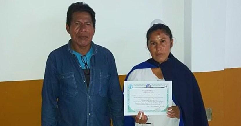 joven gradua enfermera enfermeria salta - Joven de etnia wichi se gradúa de enfermera y posa feliz junto a su diploma. Ejemplo de dedicación