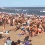 jovenes pinamar - VIDEO: Policías dispersan con balas de goma a turistas que vacacionaban en playa de Argentina