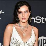 mansion bella thorne - Sin ropa interior, Bella Thorne luce su retaguardia y modela un top de licra blanca sujetado por correas