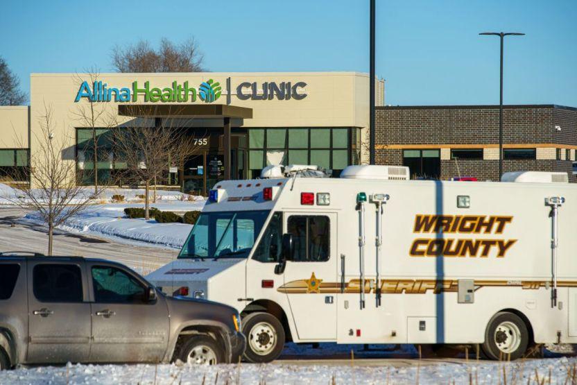 Shotting Buffalo clinic GettyImages 1231068406 - Acusan de asesinato al hombre que mató a una persona e hirió a 4 en una clínica de Minnesota