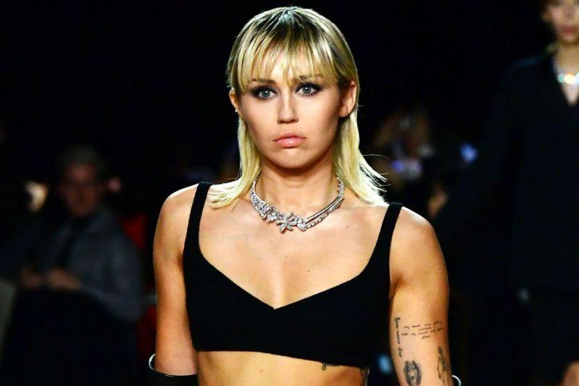mileycyrusgetty2 - Miley Cyrus luce su cuerpo en microbikini dentro de la piscina