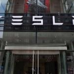 tesla letrero edificio - Tesla invierte mil 500 millones de dólares en bitcoin e impulsa la moneda a los 44 mil dólares