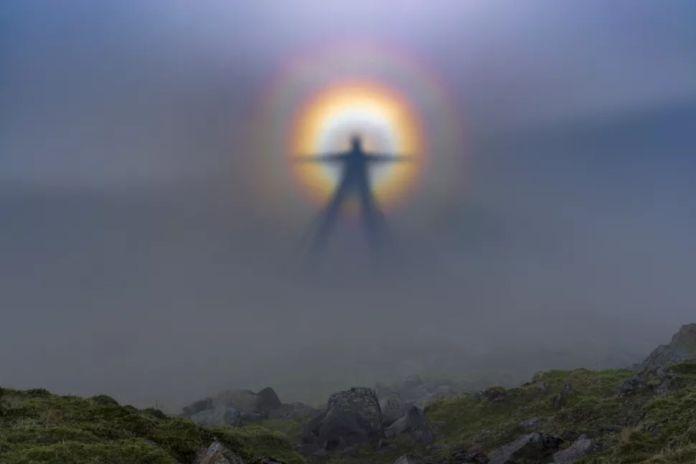 Vigilantes Oscuros - Qué son realmente los 'Vigilantes Oscuros', las aterradoras figuras que aparecen en las montañas californianas