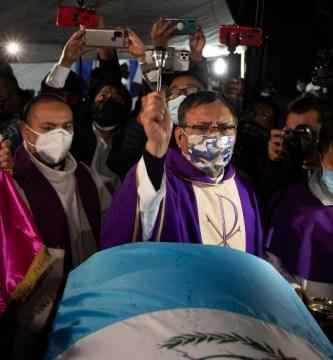 ap21072512106251 1 - Familiares inician funerales de los 16 migrantes guatemaltecos calcinados en Camargo, Tamaulipas