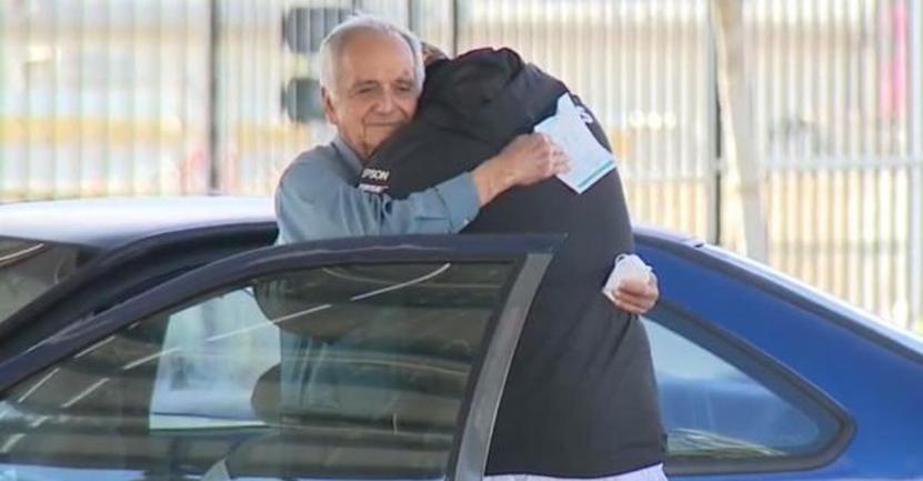 profesor recibe donacion 1 - Professore di 77 anni, che vive in auto, riceve un assegno da 27 mila dollari. Un magnifico atto di solidarietà.