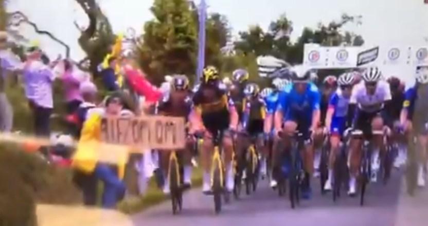"""tour france - VIDEO: Espectadora distraída causa """"efecto dominó"""" en Tour de Francia"""