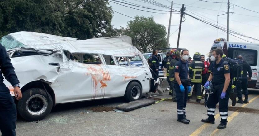 volcadura - Tráiler y combi se impactan en Edomex. Hay un muerto y 15 heridos