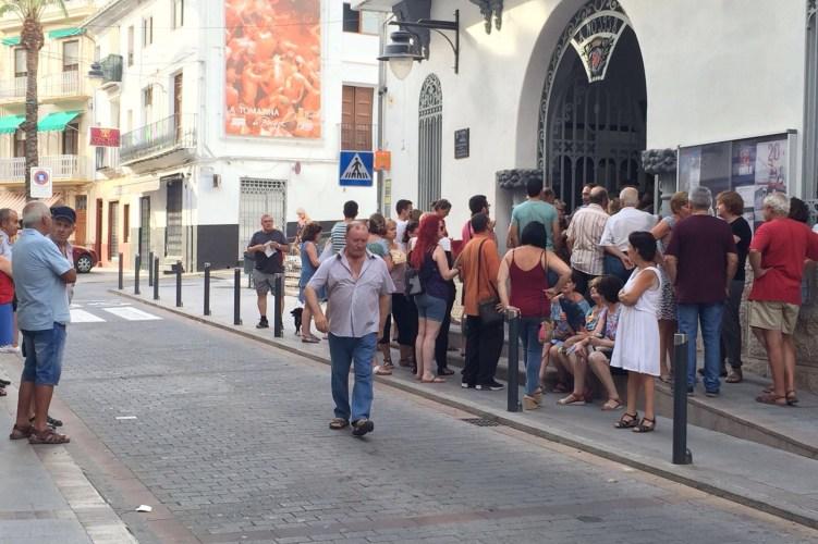 """Primeras colas para adquirir las entradas del concierto """"Mano a Mano"""" de Buñol"""
