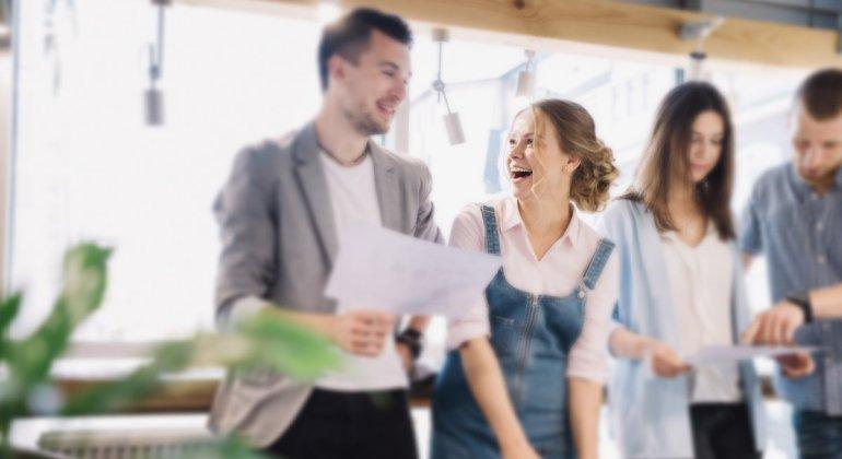 chica sonriendo en entorno de trabajo relajado