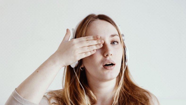 Chica tapandose el ojo para artículo sobre el glaucoma en el embarazo