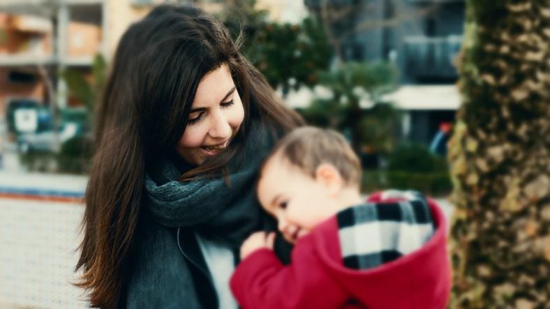 Lo mejor de la maternidad, madre sonriente con bebé en brazos