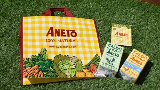 Chucherías, merchandising de Aneto con bricks de caldo y bolsa de compra