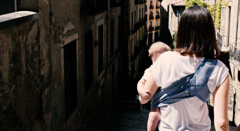 Se me olvida que soy madre. Madre de espaldas porteando a un bebe a la cadera