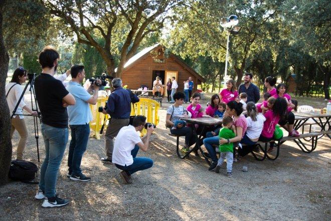 Foto de madres dando el pecho en una zona de picnic en la presentación ante los medios del V Foro Andaluz de Grupos de Apoyo a la Lactancia