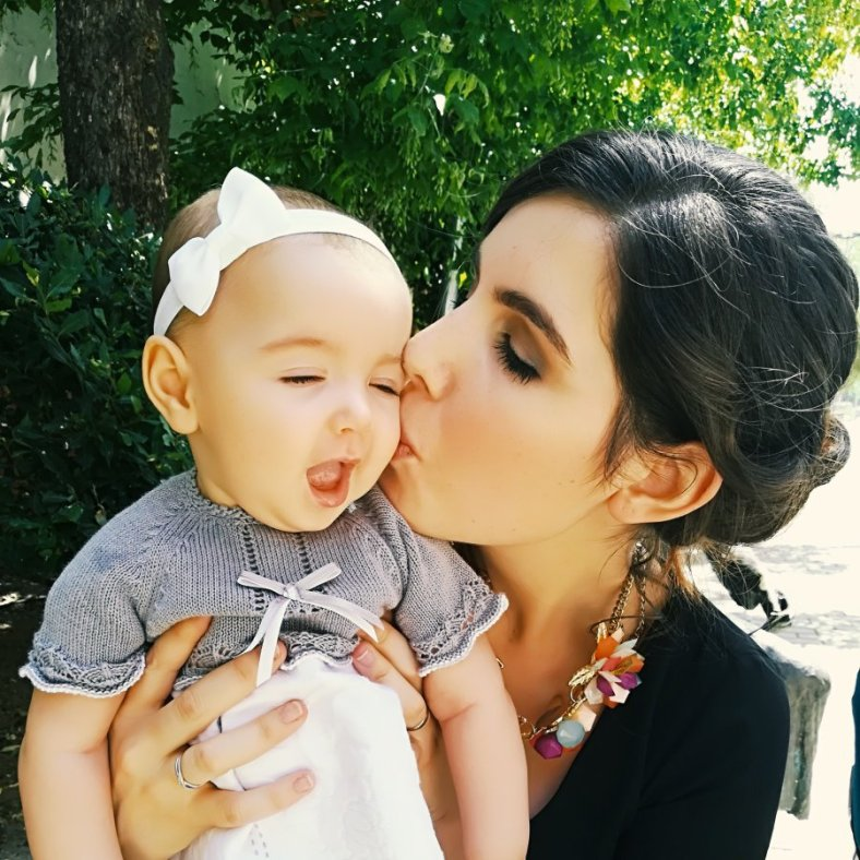 Foto de perfil de Zora, Conciliando por la vida, madre dando un beso a bebé